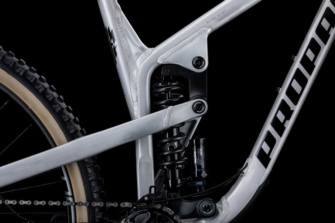 Blend AlloyThe frame consists of at least three different alloys, which together create the optimum combination of stiffness, strength and weight. Frame parts such as rockers and axles are made of 7075 T6 aluminium, which has a very high strength. For the tubes of the frame a more fatigue-resistant 6066 T6 aluminium is used. In addition, the milled and forged parts are made of 6061 T6 aluminium. Blend Alloy thus represents our special and unique manufacturing process and ensures the optimum performance of the lightweight frames.