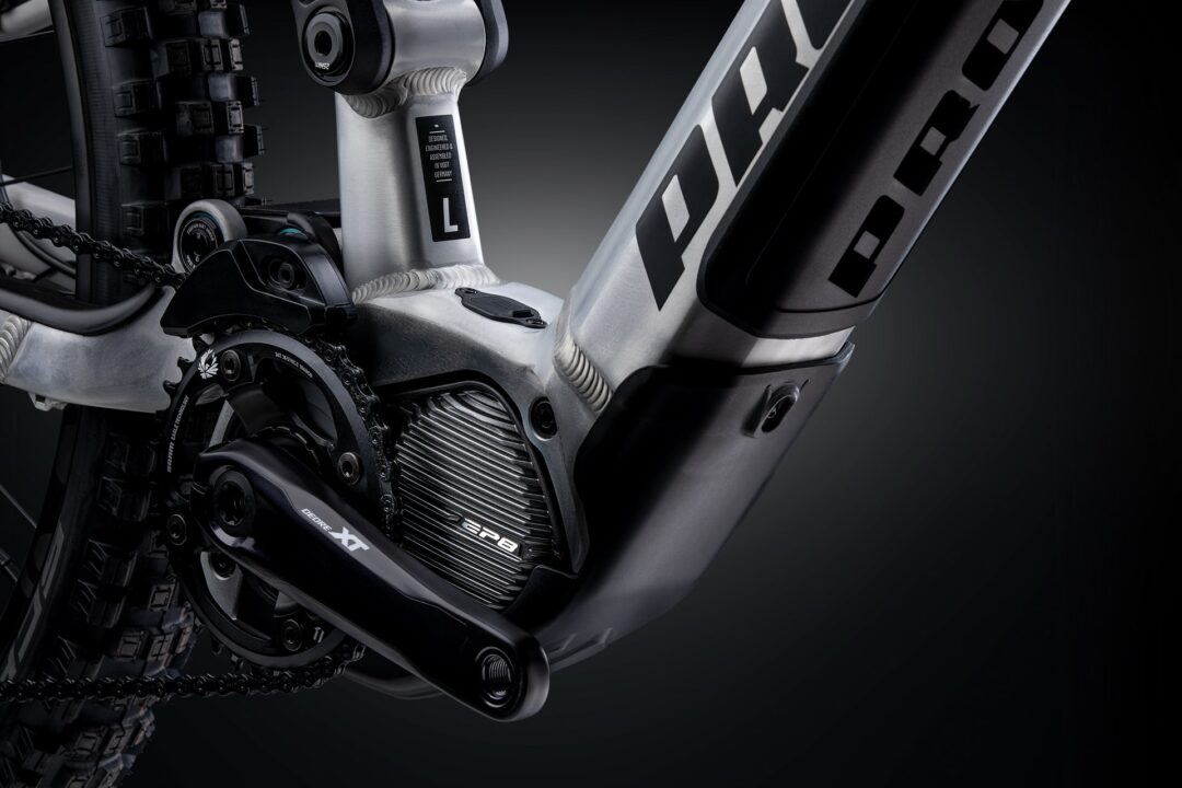 Shimano EP8 The powerful and light EP8 motor with 85 Nm and 2.6 kg is the latest Shimano Generation and offers you smooth support exactly when you need it. Thanks to the versatile configuration options with the E-TUBE PROJECT App, the motor can be optimally tuned for every purpose and every preference. Even on tour! Whether uphill, downhill or on the plain - the sensitive drive unit provides propulsion and performance where you need it. At the same time, the motor only releases power when it is actually needed, so the battery is protected and the riding fun lasts longer. The specially developed motor cover protects the drive unit from stone impacts and dirt.