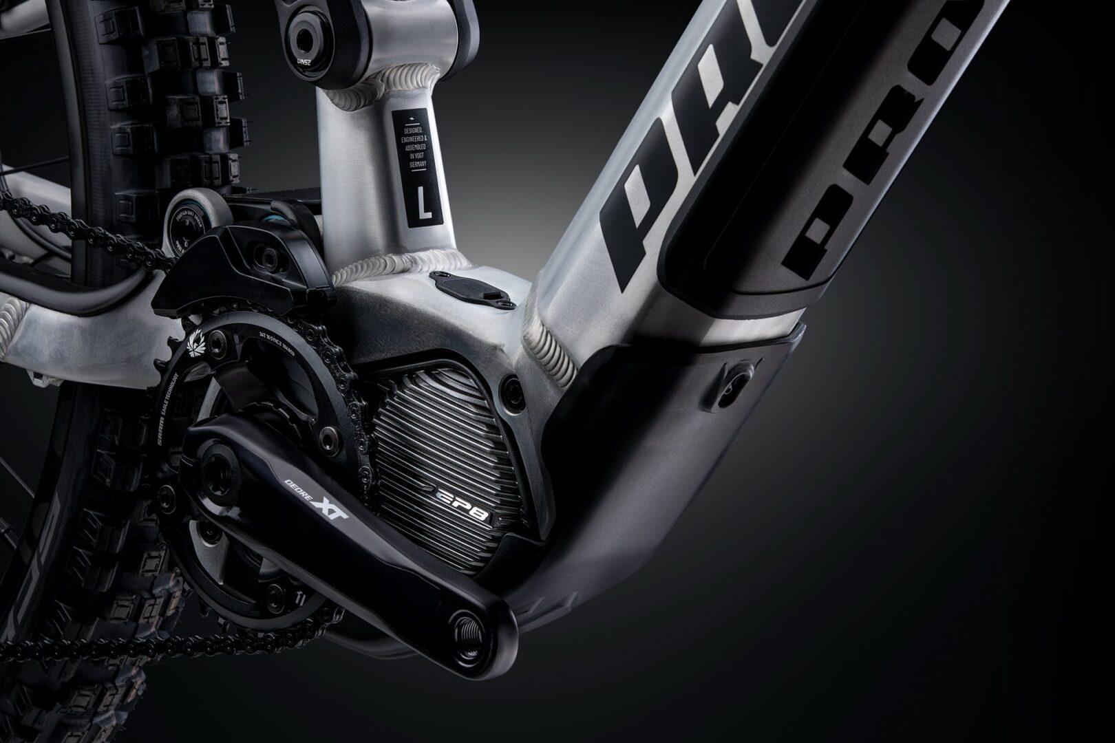 Shimano EP8Der mit 85 Nm kraftvolle und mit 2,6 kg leichte EP8 Motor aus der neusten Shimano-Generation bietet dir smoothe Unterstützung genau dann, wenn du sie brauchst. Durch die vielseitige Konfigurationsmöglichkeit mit der E-TUBE PROJECT App lässt sich der Motor für jeden Einsatzzweck und alle Vorlieben optimal abstimmen. Auch während der Fahrt! Egal ob im Uphill, Downhill oder in der Ebene – die feinfühlige und leise Antriebseinheit bietet dort Vortrieb und Performance, wo du sie benötigst. Gleichzeitig gibt der Motor nur dann Kraft frei, wenn sie tatsächlich benötigt wird, somit wird der Akku geschont und der Fahrspaß hält länger an. Durch die eigens dafür entwickelte Motorabdeckung ist die Antriebseinheit vor Steinschlägen und Verschmutzungen gut geschützt.