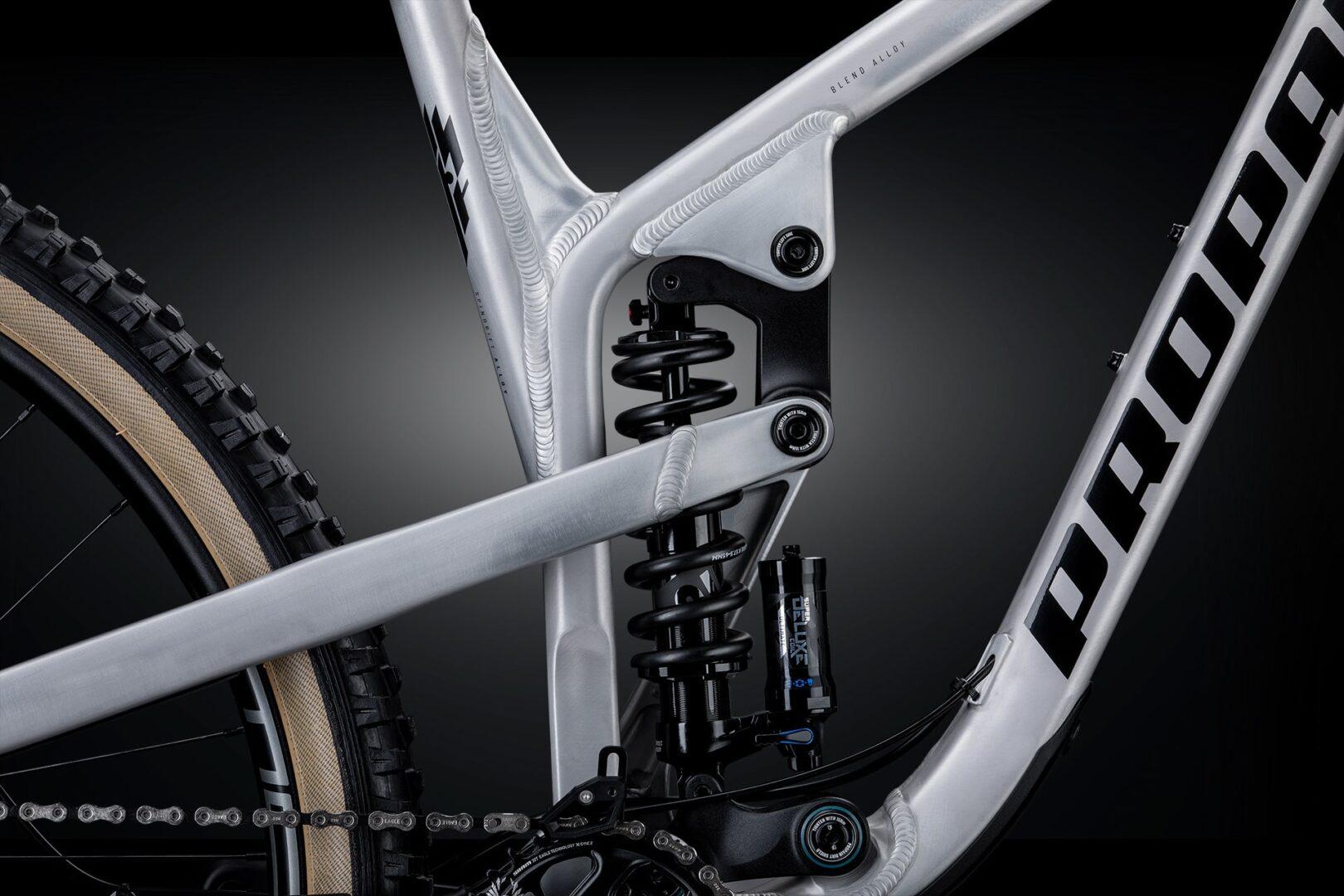 Blend AlloyDer Rahmen besteht aus mindestens drei unterschiedlichen Legierungen, welche im Zusammenspiel das Optimum zwischen Steifigkeit, Festigkeit und Gewicht schaffen. An Rahmenteilen wie Wippen und Achsen kommt 7075 T6 Aluminium zum Einsatz, das eine sehr hohe Festigkeit aufweist. Bei den Rohren des Rahmens wird ein ermüdungsbeständigeres 6066 T6 Aluminium verwendet. Fräs- und Schmiedeteile wiederum sind aus 6061 T6 Aluminium gefertigt. Blend Alloy steht somit für unser besonderes und einzigartiges Herstellungsverfahren und sorgt für die optimale Performance der leichten Rahmen.