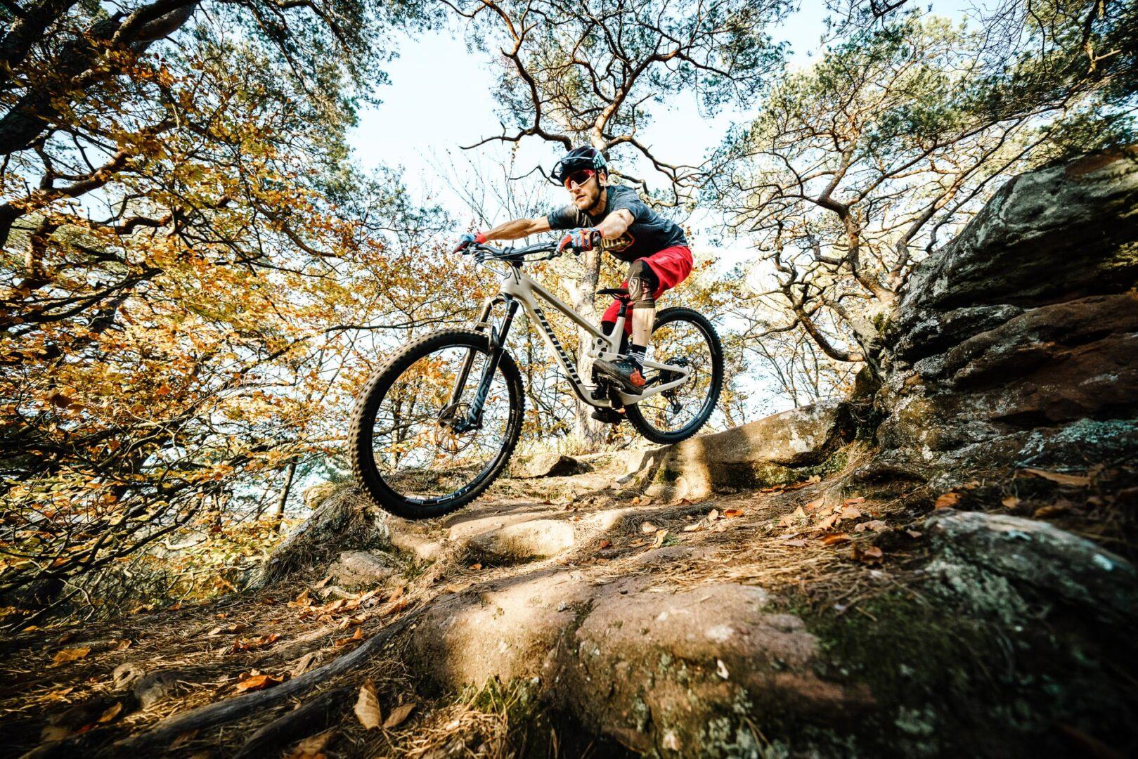 Gibt es ein besseres Gefühl als eins mit deinem Bike zu werden?Den Flow zu spüren und einfach mal laufen zu lassen? Unsere Hugene zaubert dir bei jedem Trail ein Grinsen ins Gesicht, erlaubt es dir dich richtig auszutoben und einfach nur Spaß zu haben.