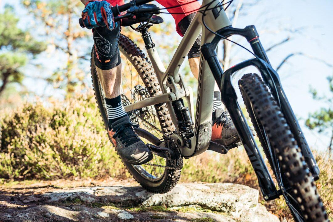 Wir setzen auf LuftdämpferOb kleine schnelle Schläge oder harte Drops, unser Hugene nutzt den Federweg optimal aus. Dabei haben wir bewusst den Fokus auf Luftdämpfer gesetzt. Dieser sorgt für das richtige Ansprechverhalten und spart gegenüber Coil einiges an Gewicht ein.