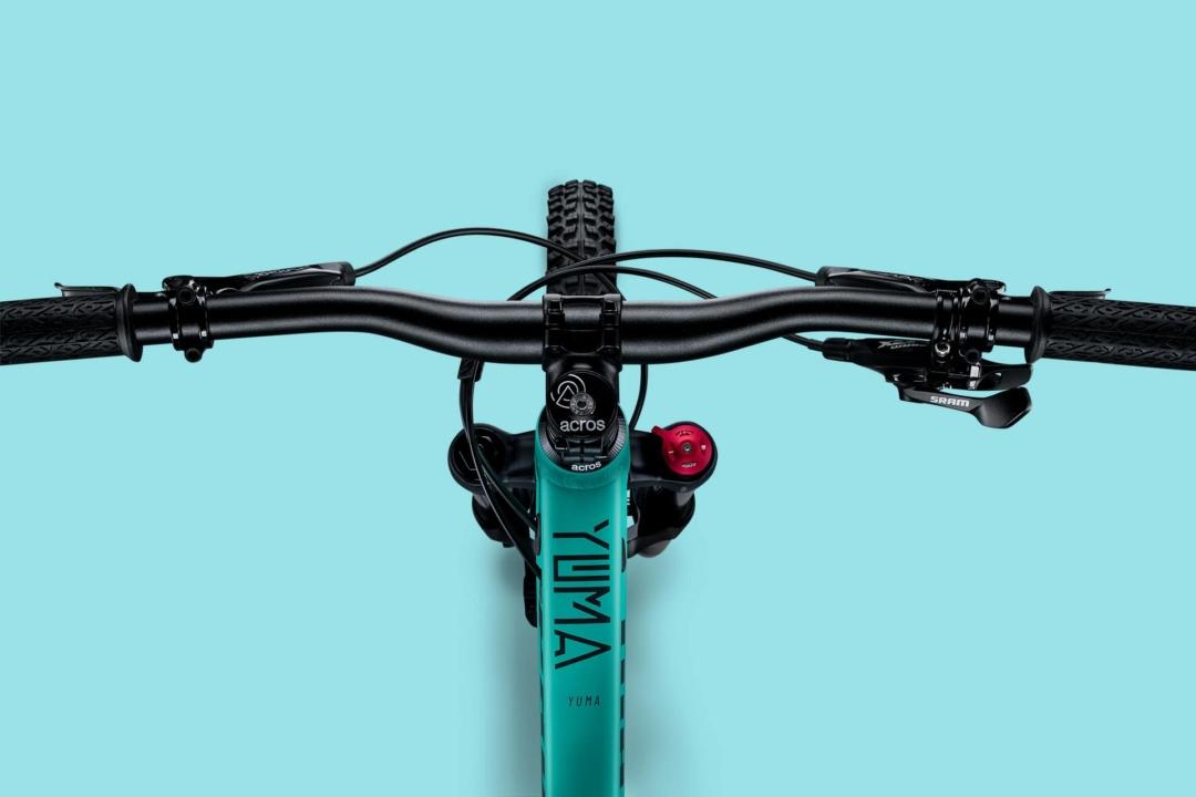 Deine Perspektive1st Ride Komponenten wie Lenker, Vorbau und Griffe sind speziell für die Ansprüche von Kids entwickelt. Die SRAM Guide T bietet viel Bremspower und lässt sich dank Griffweiteneinstellung gut anpassen.