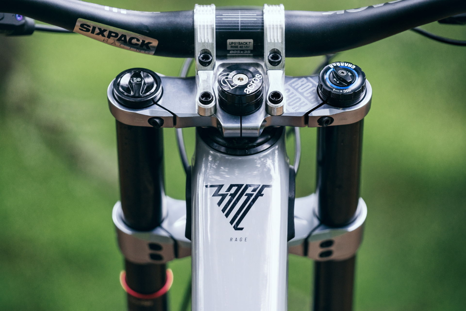 PROPAIN-Rage-CF-MY22-Schladming-BikeStill-Toptube-Logo-3805